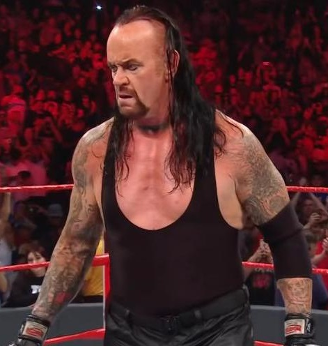 WWE-Raw-The-Undertaker-saves-Roman-Reigns